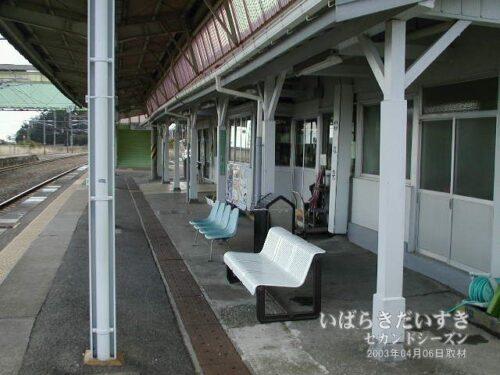 JR富岡駅の駅舎、改札。(2003年撮影)