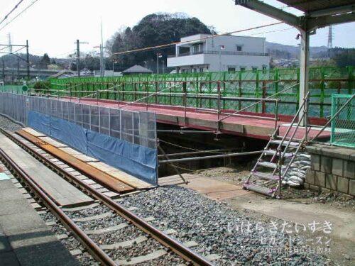 十王駅のホームそのものを工事している。