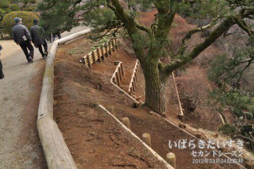 補修された偕楽園、仙奕台の崖部分。(2012年03月撮影)