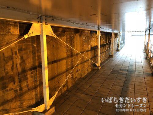川口川閘門内部の側面を見ると、煉瓦が積まれてる。