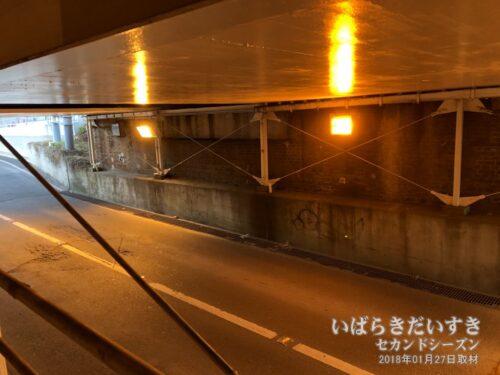 トンネルもそれなりに古いので、鉄骨で補強されています。