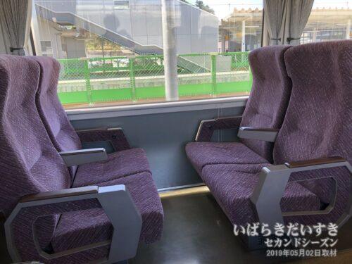 富岡駅を出発する651系は空いていた。