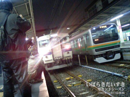 出発の時を待つ、常磐線 白電 415系 最終電車。
