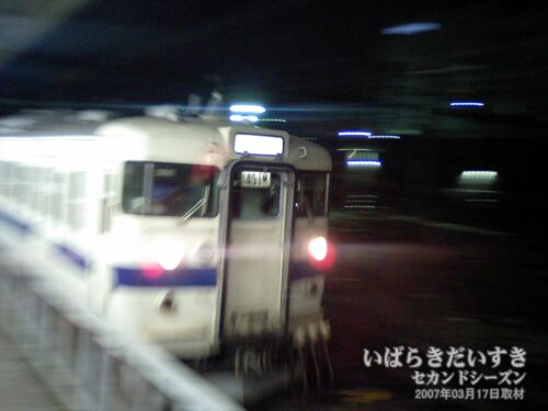 JR上野駅を発車する、最終電車415系。