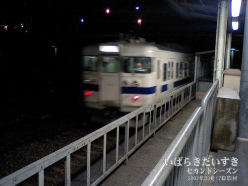終点高萩駅に向かって、漆黒の中に消えていく415系。