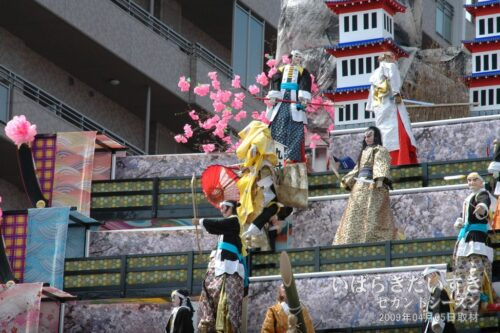 中央右手の金色の衣装を着た人形が早返りする。