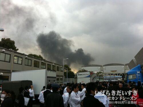 地震のためビッグサイトから駐車場に出ると、火災が発生していました。
