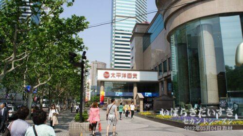 上海万博会場近くにはデパートがある。