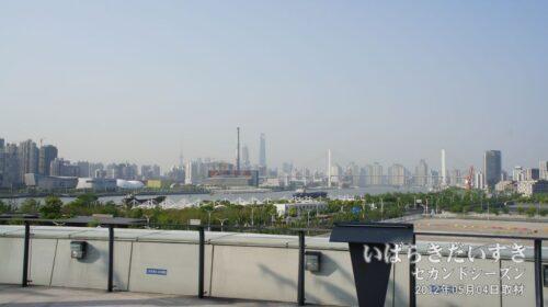 万博会場から黄浦江越しに上海中心部が見える。