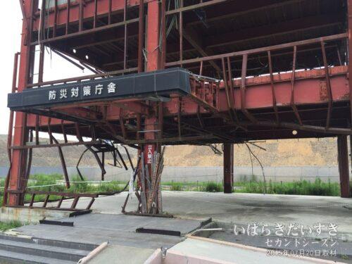 入口部分には塔婆(とうば)が立てられている。