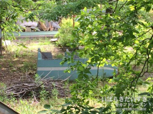 幼稚園の敷地の外から、スペースライダーが見える。