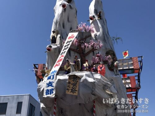 裏山の人形達も、きちんと整列して記念撮影します。