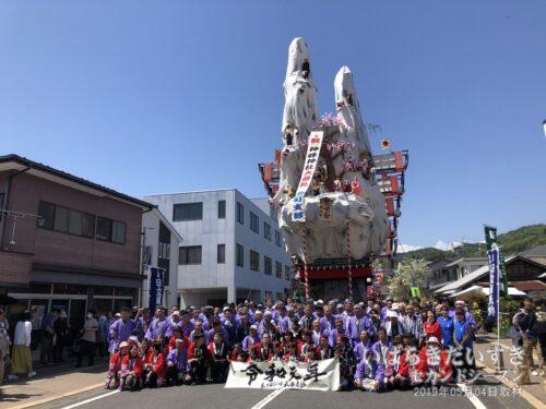 北町の山車を前に記念撮影。(令和元年 神峰神社大祭礼)