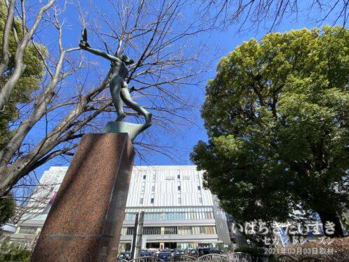 JR浦和駅西口前の中の島にある像「飛翔」。