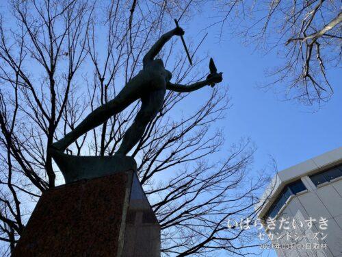 JR浦和駅前の「飛翔」の像。