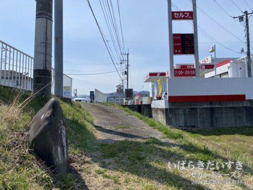 ガソリンスタンド脇に、洪水記念碑。