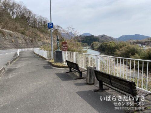 眼下に、おだやかな久慈川を眺めながら袋田駅に向かいます。